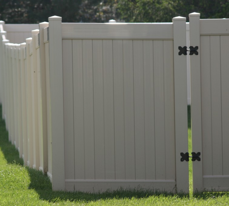 AFC Rochester - Vinyl Fencing, 6' solid Privacy (622)